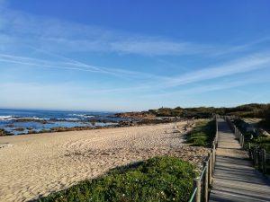 Atlantikküste: Sandstrand mit Holzsteg
