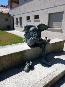 Caminho Portugues Tag 10 - Skulptur Pilger mit schmerzenden Füßen