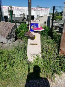 Caminho Portugues Tag 11 - Schuhe auf Kilometerstein