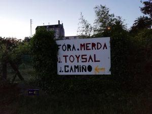 Caminho Portugues Tag 12 - Plakat im Wohngebiet