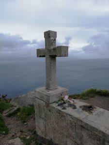 Caminho Portugues - Kap Fisterra - Steinkreuz, dahinter der Ozean
