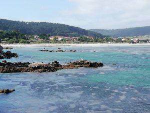 Caminho Portugues - Kap Fisterra - weißer Sandstrand mit Felsen